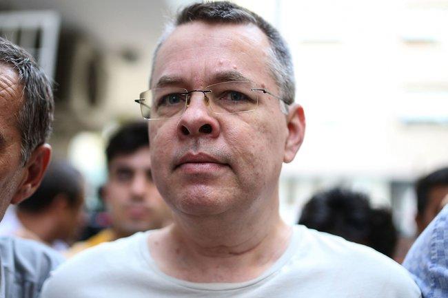 Пастора Эндрю Брансона отправляют под домашний арест после 21 месяца тюрьмы. 25июля 2018 года