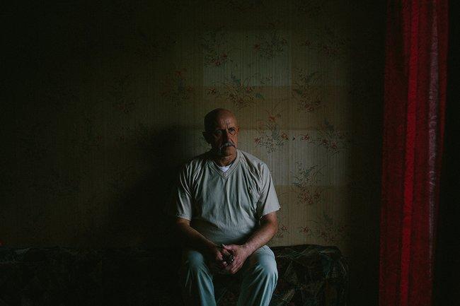 Александр Леонов вквартире вСанкт-Петербурге, где онсейчас живет, 18июня 2018 года