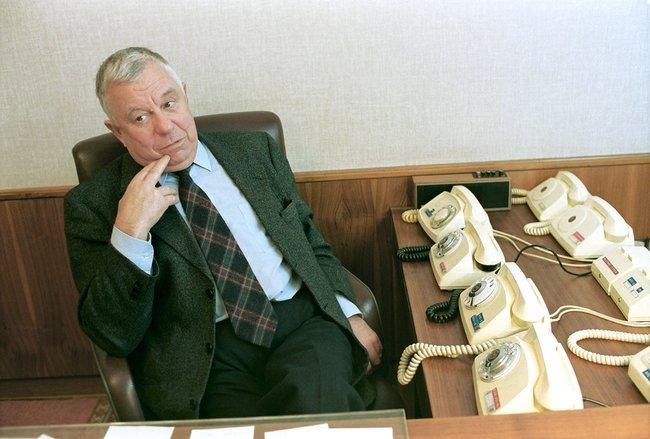 Председатель комиссии попомилованию писатель Анатолий Приставкин всвоем рабочем кабинете, 7декабря 1999 года