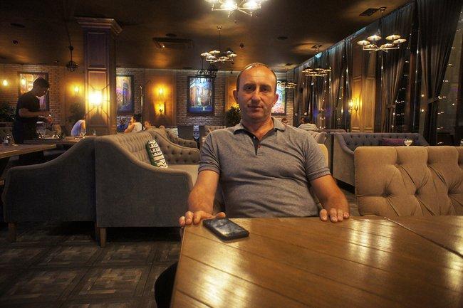 Альберт Валиев всвоем ресторане Vincenzo вЦхинвали, июль 2018 года