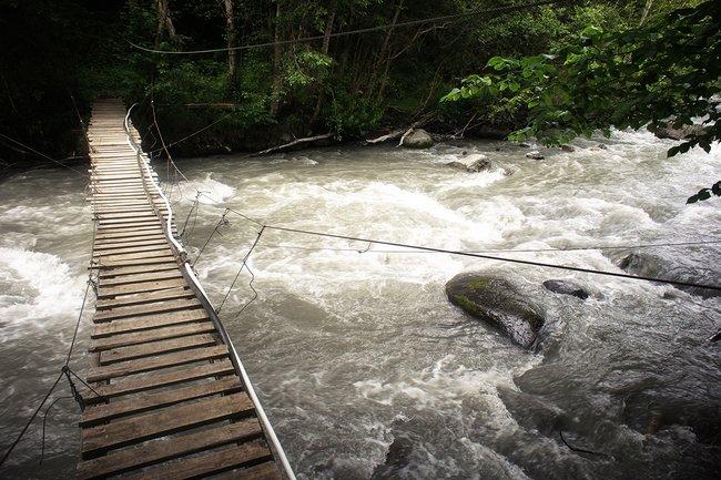 Труба, идущая вдоль моста, ведет кисточнику Ossetian