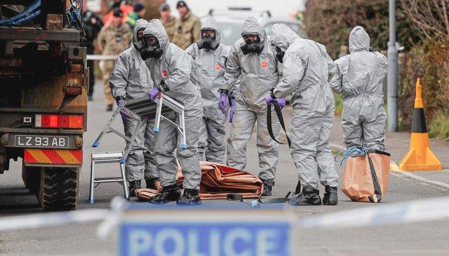 Британские военные, одетые вспециальную химическую защиту, работают наместе отравления «Новичком», 14марта 2018 года