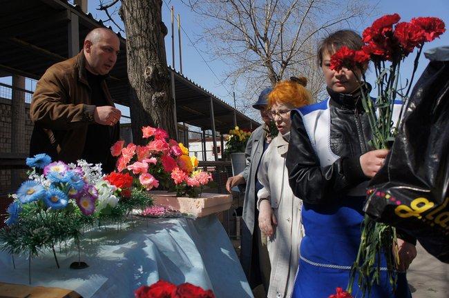 Продажа цветов увхода наВаганьковское кладбище, 24апреля 2011 года