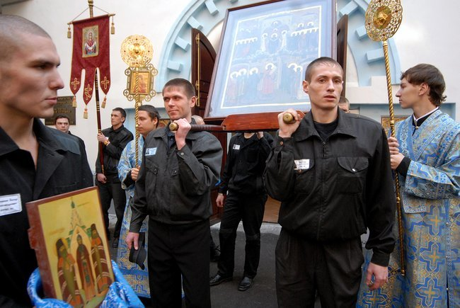 A religious procession circles the Church of the Intercession of the Holy Virgin at Moscow's Butyrka prison, October 14, 2009