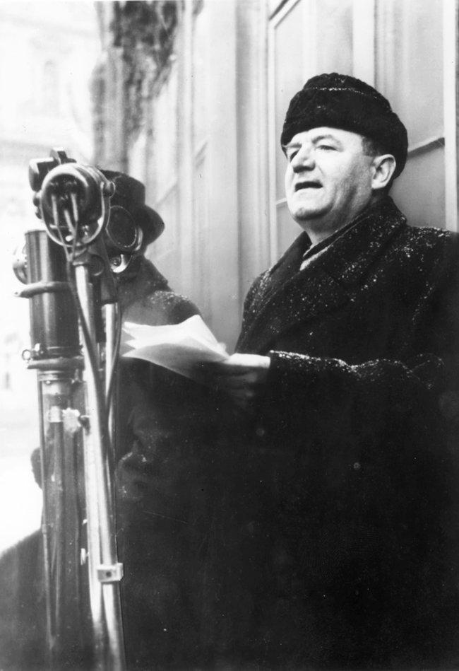 Глава КПЧ ипремьер-министр Чехословакии Клемент Готтвальд выступает перед сторонниками коммунистов наСтароместской площади вПраге. 21февраля 1948 года