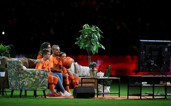 6сентября настадионе «Амстердам Арена» состоялся товарищеский матч между футбольными сборными Нидерландов иПеру (2:1), который стал прощальным для голландского полузащитника Уэсли Снейдера.После игры наполе вынесли диван ителевизор для того, чтобы футболист вместе ссемьей посмотрел видеопоздравления отсвоих бывших коллег покоманде. 34-летний Снейдер является рекордсменом поколичеству проведенных матчей засборную Нидерландов. Полузащитник провел 134 игры занациональную команду, вкоторых забил 31 мяч.