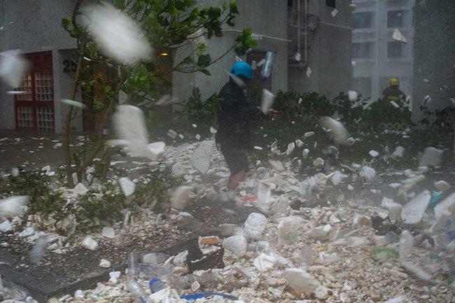 Ветер разносит пластиковый мусор поодному изкварталов Гонконга. Эта ивсе следующие фотографии сделаны 16сентября 2018 года