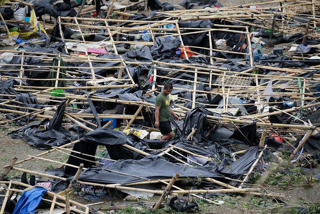 Сломанные тайфуном палатки вфилиппинской провинции Кагаян