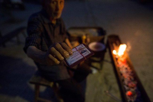 Кашгарский уйгур сидентификационной карточкой. Только обладатели таких карточек имеют право общаться синостранцами