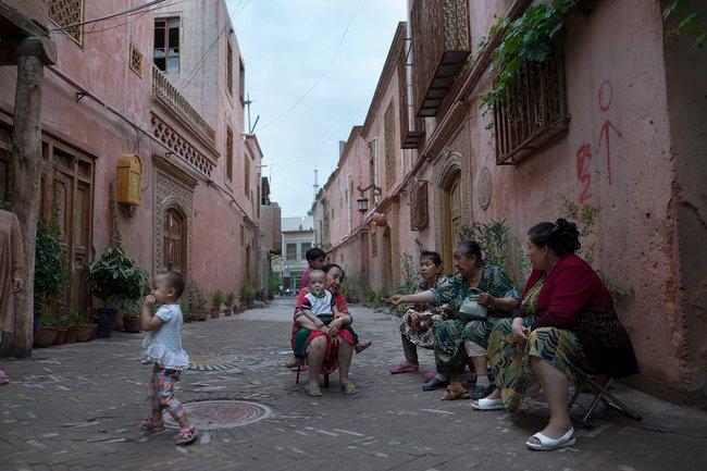 Уйгурские женщины собираются встаром городе вКашгаре перед уроком китайского языка