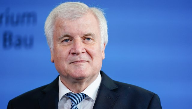 Министр внутренних дел Германии назвал иммиграцию «матерью всех проблем Германии». Деятели культуры написали открытое письмо ипотребовали его отставки