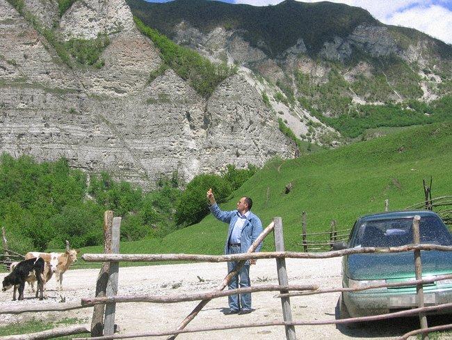 Оюб Титиев развозит оборудование посельским школам, 2008 или 2009 год