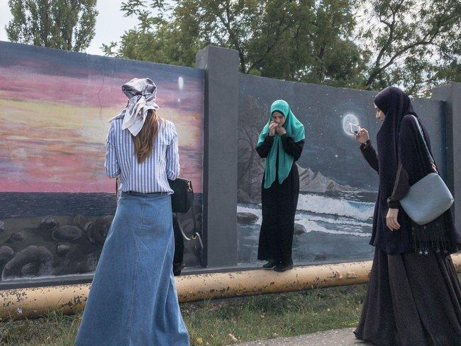 Девушки фотографируются нафоне рисунков вГрозном
