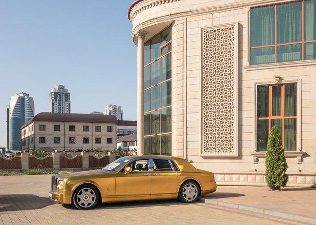 Золотой Rolls Royce уресторана «Грозный-сити» напроспекте Кадырова