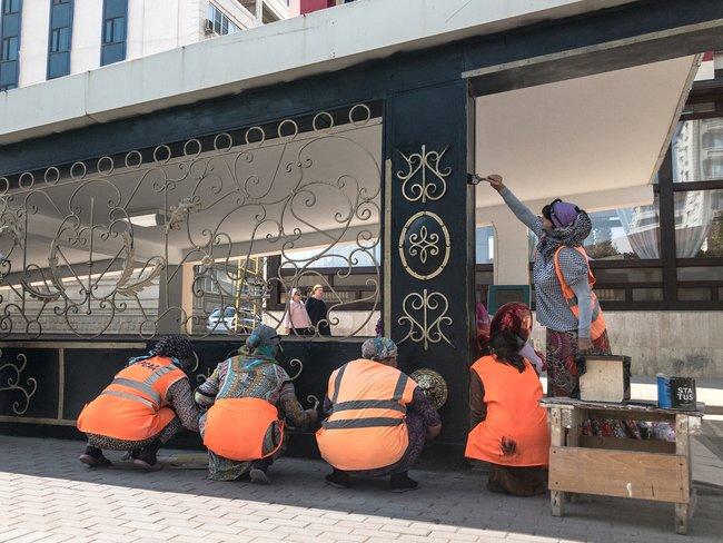 Женщины красят подземный переход напроспекте Кадырова вГрозном