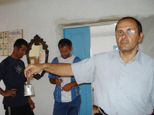 Титиев зовет детей наурок вотремонтированной школе вНожай-Юртовском районе, 2007 год