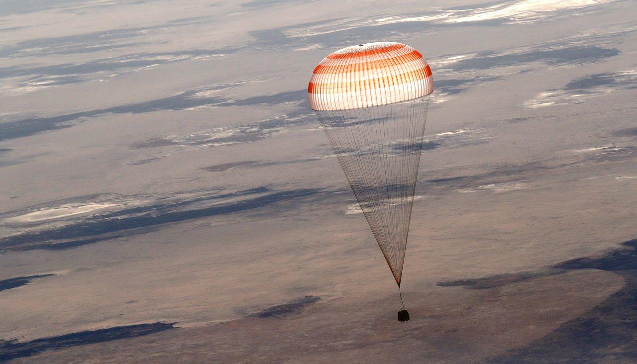 Как спасаются космонавты, если вполете пошло что-то нетак? Аесли они приземлятся вгорах или нажилой дом?