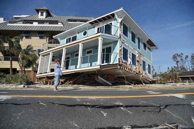 """Ураган «Майкл» обрушился наюго-восток США 10октября. Нафотографии —сдвинутый ураганом дом вгороде Мексико-Бич воФлориде, который пострадал отстихии <a href=""""https://www.reuters.com/article/us-storm-michael/record-breaking-hurricane-michael-batters-florida-panhandle-idUSKCN1ML0OC"""" target=""""_blank"""">сильнее всего</a>. «Майкл» вызвал разрушения инаводнения воФлориде, Джорджии, Каролине иВирджинии. 13октября известно о18 погибших из-за «Майкла» вСША."""
