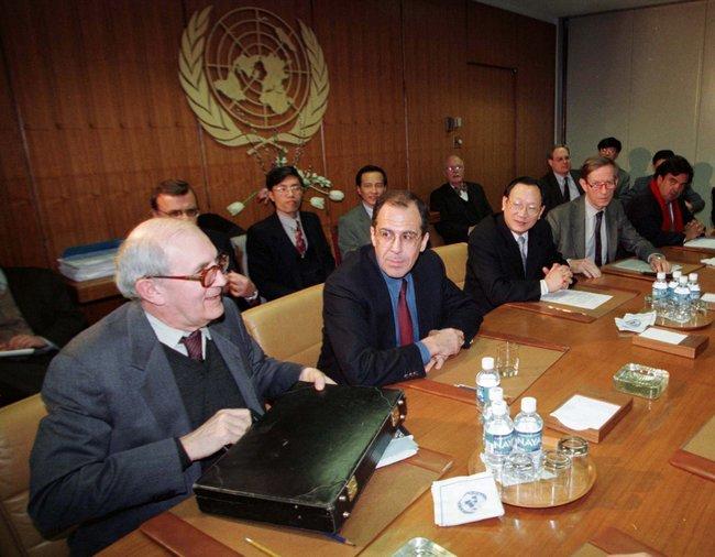 Российский постпред Сергей Лавров (второй слева) навстрече представителей стран— постоянных членов Совета Безопасности ООН вНью-Йорке, 16февраля 1998 года