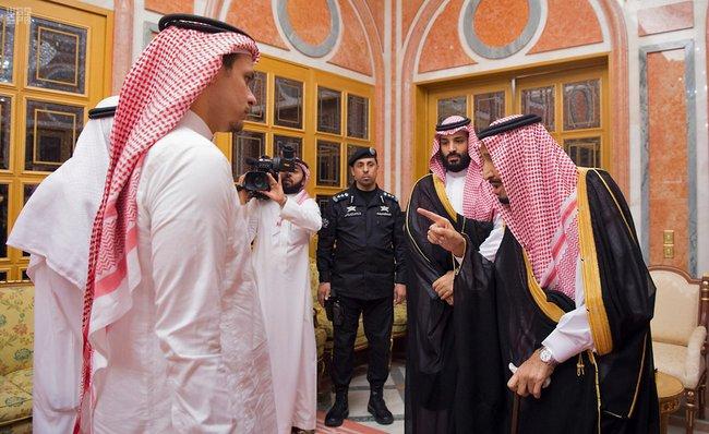 """Король Саудовской Аравии Салман (справа) инаследный принц Мухаммед бин Салман (второй справа) встретились ссыном ибратом погибшего журналиста Джамаля Хашогджи. Государственное информагентство SPA, распространившее фото встречи, сообщило, что члены королевской семьи выразили соболезнования родственникам Хашогджи. Журналист, как предполагается, <a href=""""https://meduza.io/news/2018/10/23/erdogan-ubiystvo-zhurnalista-dzhamalya-hashogdzhi-planirovali-zaranee"""" target=""""_blank"""">был убит</a> вконсульстве Саудовской Аравии вСтамбуле. Впричастности кего смерти <a href=""""https://meduza.io/feature/2018/10/18/v-ubiystve-saudovskogo-zhurnalista-zapodozrili-lyudey-iz-okruzheniya-printsa-odin-iz-nih-pogib-v-avtomobilnoy-avarii"""" target=""""_blank"""">подозревают</a> власти Саудовской Аравии."""