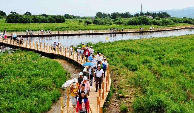 Туристы впарке накитайской части острова, июль 2011 года