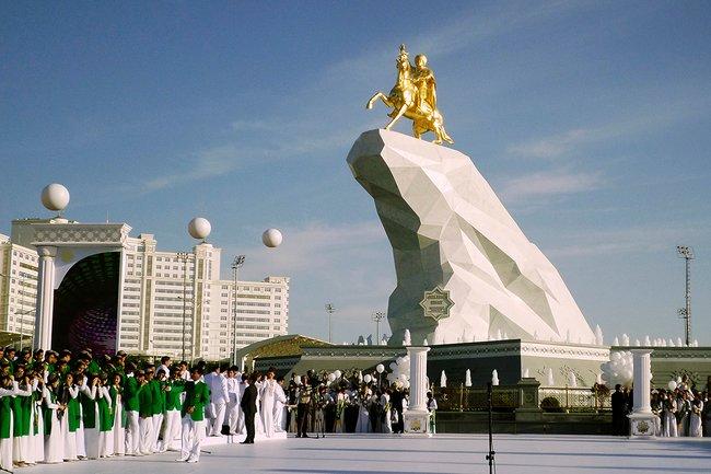 В2015 году вцентре Ашхабада установили памятник Гурбангулы Бердымухамедову наконе