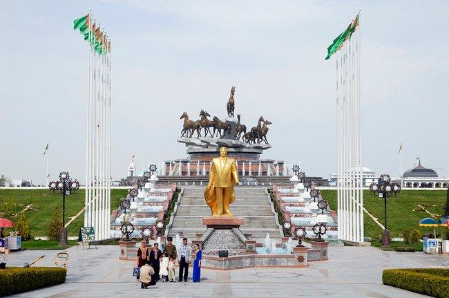Покрытая золотом статуя Сапармурата Ниязова вАшхабаде, 2007 год. В2010-м она была демонтирована, авноябре 2011-го установлена наокраине города