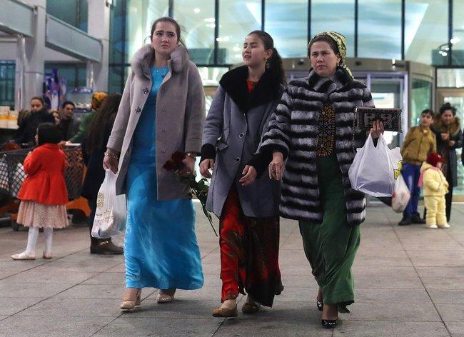 Жительницы Туркмении вашхабадском торговом центре «Беркарар», 2017 год