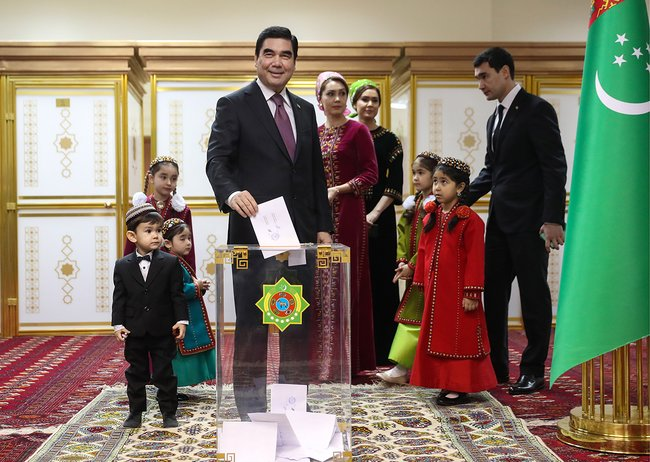 Президент Туркмении Гурбангулы Бердымухамедов ссемьей наизбирательном участке, Ашхабад, 12февраля 2017 года