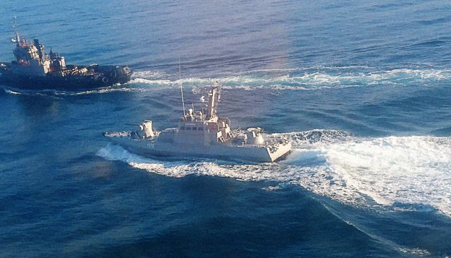 Русские  военные корабли обстреляли корабли ВМС Украины
