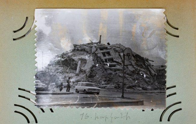 Разрушенный врезультате землетрясения десятиэтажныйдом. После обвала здание загорелось. Гюмри, декабрь 1988 года