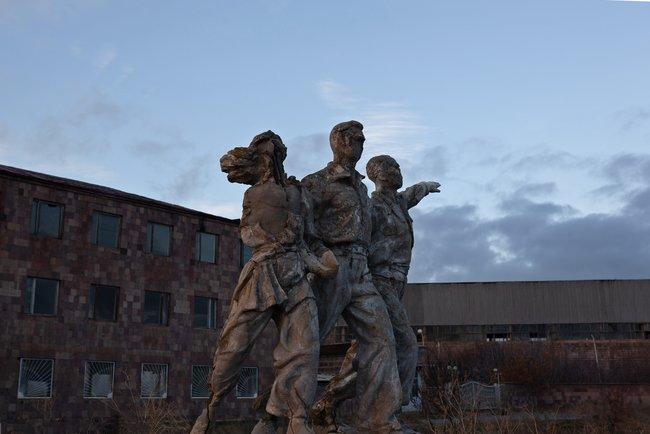Скульптурная группа натерритории бывшего стекольного завода. Гюмри, ноябрь 2018 года