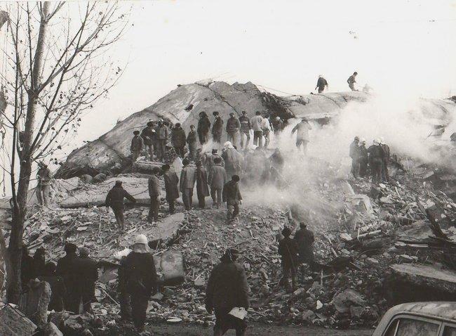 Разрушенное здание врайоне «Треугольник». Гюмри, декабрь 1988 года