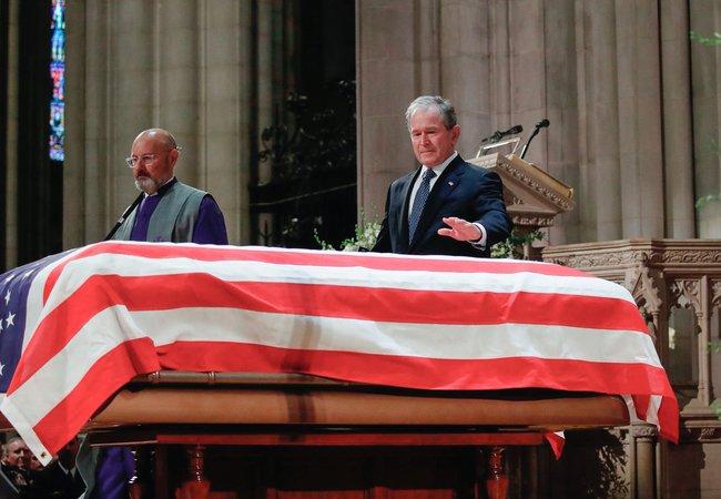 """ВВашингтоне 5декабря <a href=""""https://www.apnews.com/493dc3946477427ca206a72134bf6f47"""" target=""""_blank"""">простились</a> с41-м президентом США Джорджем Бушем-старшим. Втраурной церемонии, проходившей вНациональном кафедральном соборе, приняли участие пять президентов США, включая Дональда Трампа иДжорджа Буша-младшего. 43-й президент США, произнося речь угроба отца, вчастности заявил, что Буш-старший был «самым ярким среди тысячи огней». Вконце выступления оннесмог сдержать слезы."""