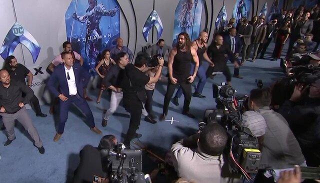 Джейсон Момоа рычит, кричит иисполняет ритуальный танец напремьере «Аквамена»
