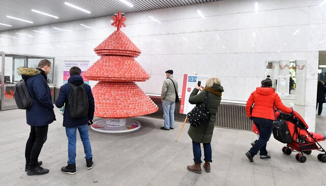Вмосковском метро поставили праздничную елку. Вместо веток— 230 тысяч использованных билетов