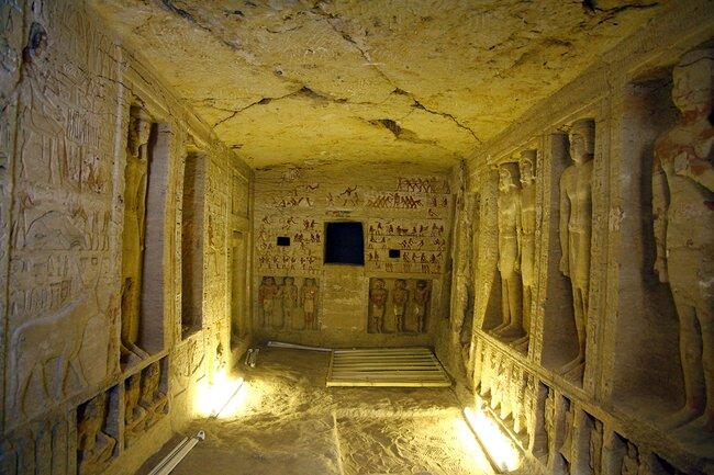 Интерьер гробницы верховного жреца Ватайе иего семьи. Надписи настенах позволяют предположить, что онслужил при дворе фараона Неферикара (правил предположительно в2415-2405годах донашей эры). Эта иостальные фотографии сделаны 15декабря 2018 года