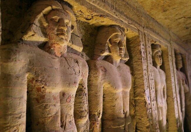 Статуи внутри гробницы
