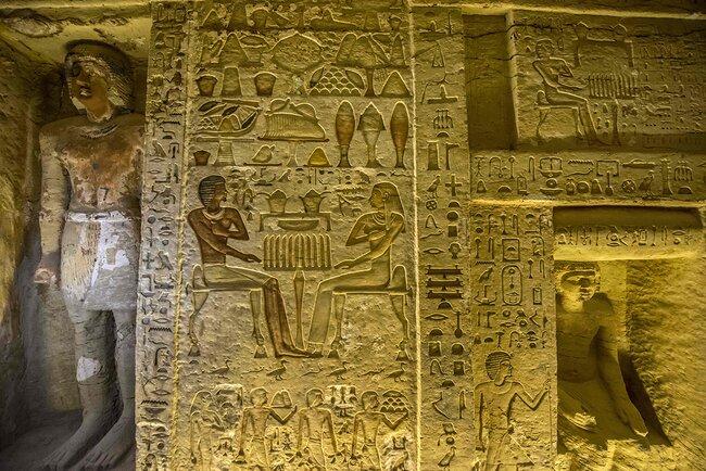 Помимо самого жреца Ватайе вгробнице похоронены его мать, жена идругие члены семьи
