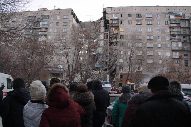 Утром 31декабря вМагнитогорске обрушилась секция 10-этажного жилого дома. Поофициальным данным, причиной стал взрыв газа. Власти сообщили отрех погибших. Остается неизвестной судьба 68 человек.