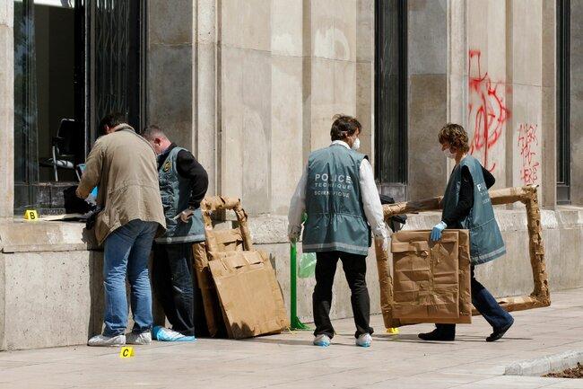 Полиция уМузея современного искусства вПариже после ограбления, 20мая 2010 года.
