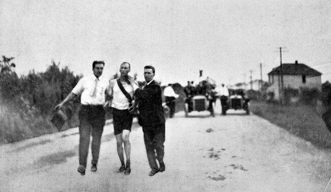 Томас Хикс (вцентре) вовремя олимпийского марафона вСент-Луисе, 1904 год