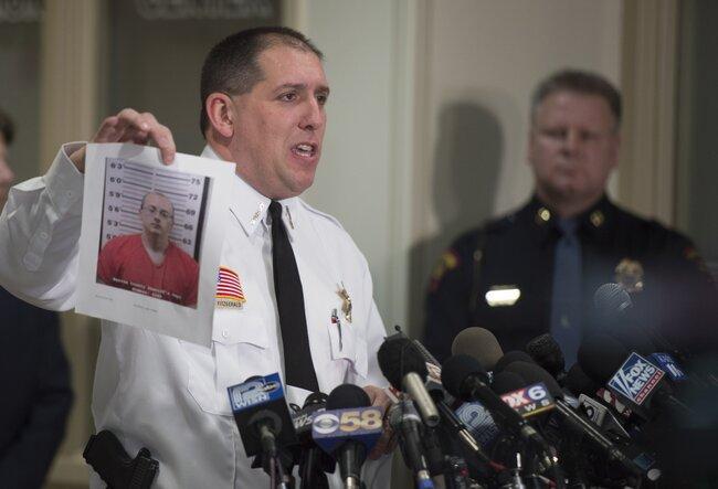 Шериф округа Бэрон Крис Фицжеральд показывает журналистам фотографию подозреваемого вубийстве ипохищении Джейка Паттерсона, 11января 2019 года