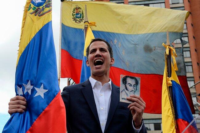 Глава Национальной ассамблеи Хуан Гуайдо объявляет себя исполняющим обязанности президента вовремя демонстрации против Николаса Мадуро 23января вКаракасе