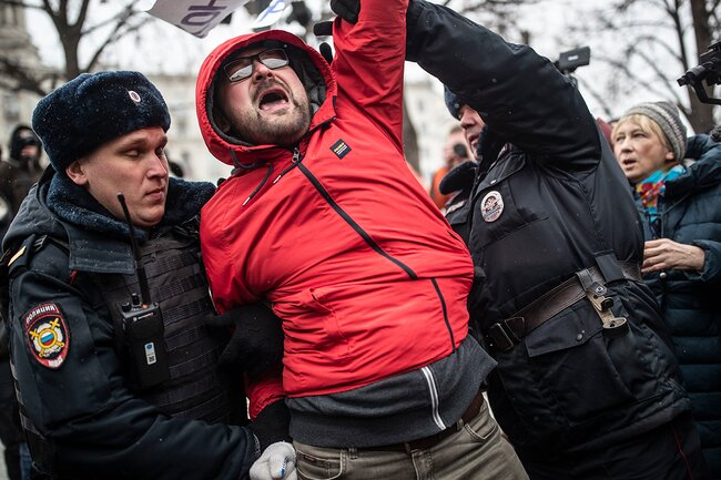 Задержание участника шествия, поднявшего плакат «Путин растоптал Конституцию»