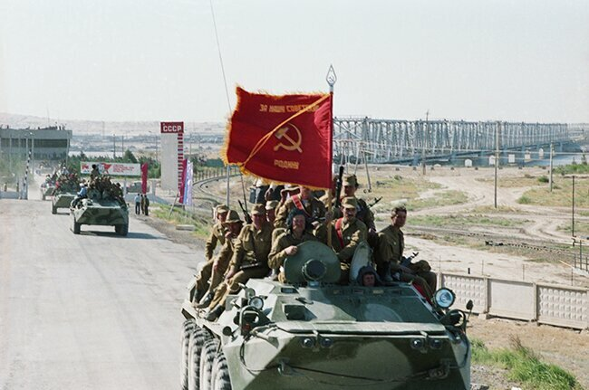 The first column of Soviet troops to return from Afghanistan crosses the Soviet-Afghan border. May 18, 1988