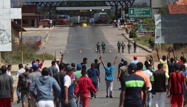 Военные массово бегут отМадуро вКолумбию