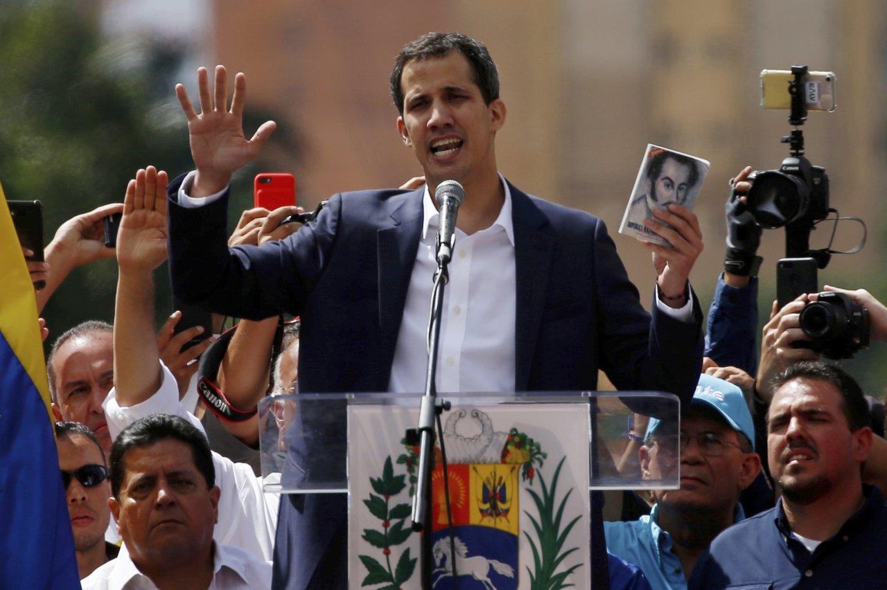 Хуан Гуайдо, глава Национальной ассамблеи, объявляет себя временным президентом Венесуэлы во время митинга в Каракасе, 23 января 2019 года. Fernando Llano / AP / Scanpix / LETA