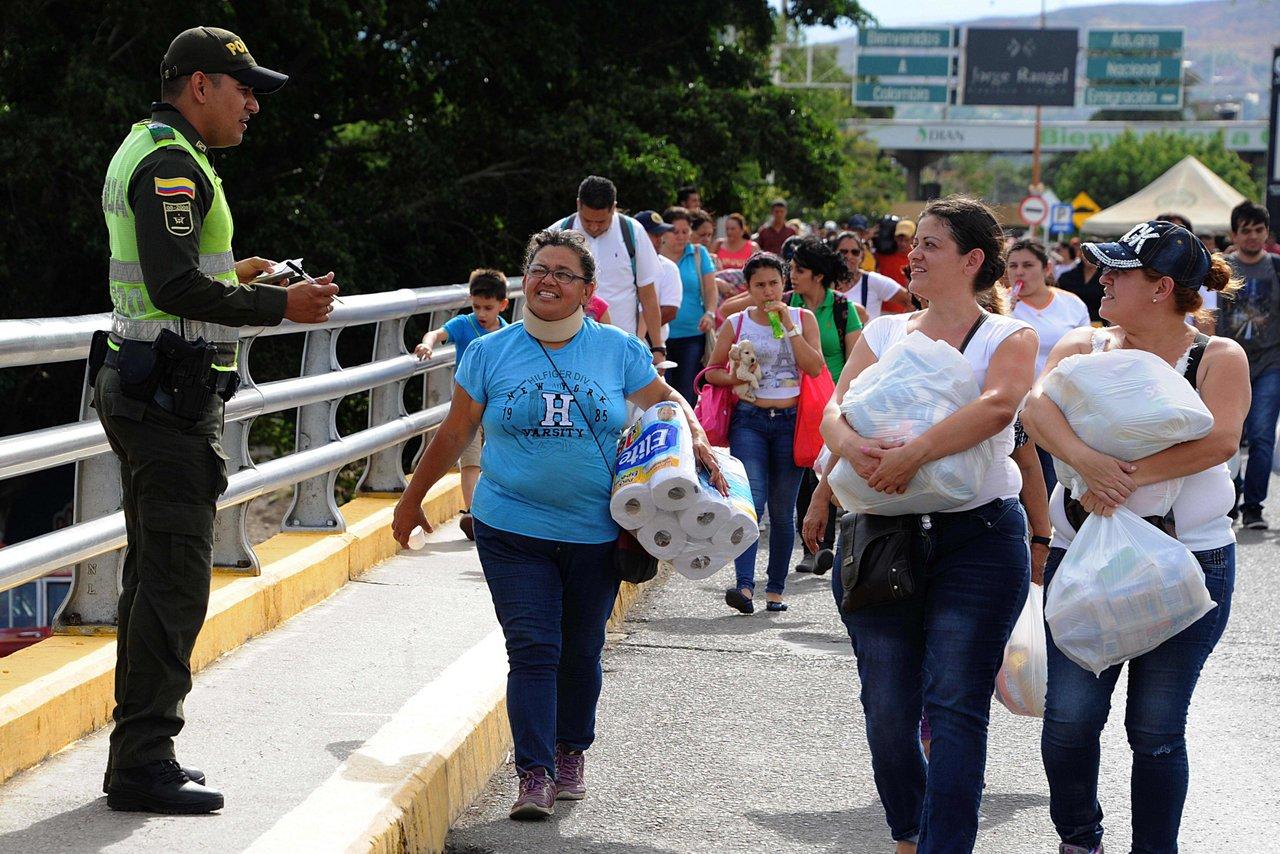 Венесуэльцы несут товары, приобретенные в Колумбии. Июль 2016 года. George Castellanos / AFP / Scanpix / LETA