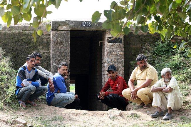 Жители индийской приграничной деревни возле бомбоубежища. 28февраля 2019 года
